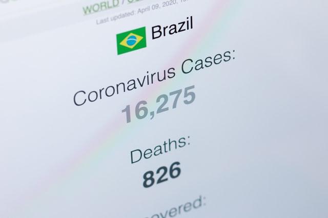 """Três milhões de mortos no Brasil: Atila Iamarino """"errou"""" outra vez"""