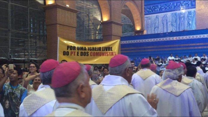 Padres esquerdistas começam a sofrer oposição dos próprios católicos