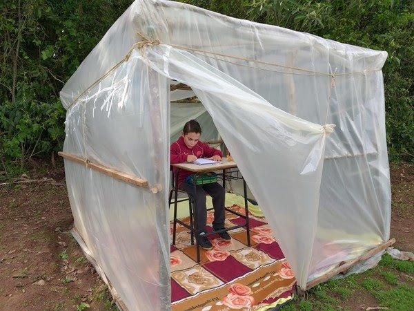 Aulas online: pai constrói barraca para filho estudar