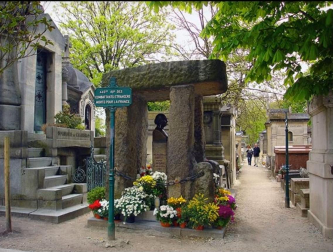 O túmulo de Allan Kardec é o mais visitado no Père Lachaise