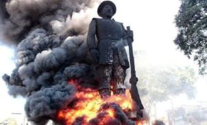 Terroristas colocaram fogo na estátua do bandeirante Borba Gato